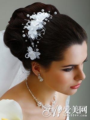 美容  导语新娘盘发造型,给人一种优雅大方的感觉,今天爱美网小编就要