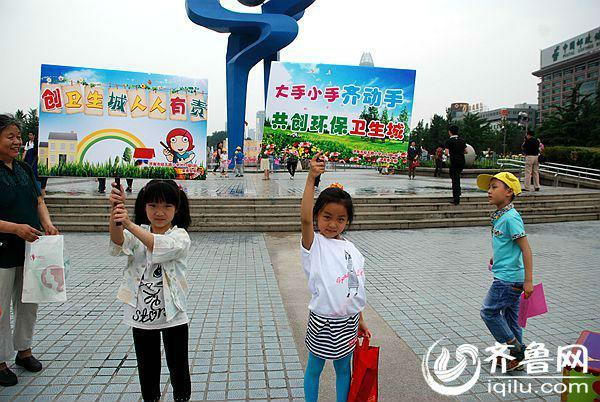 济南市创全国卫生城 经五路小学学生义务来宣传