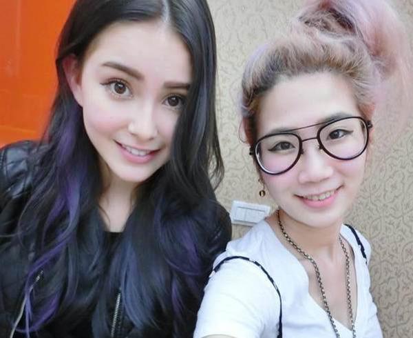 昆凌(左)染了黑色并把发尾挑染成蓝紫色