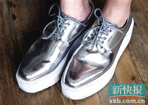 金属系银色厚底鞋,抢眼之余亦紧跟今年的金属质感潮流,成为造型中的亮点。