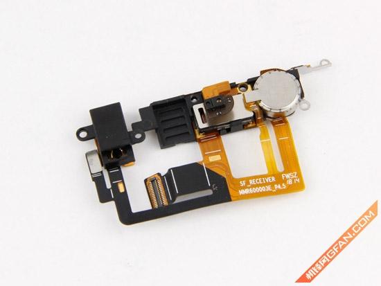 耳机插口和光感/距离感应器还有听筒设计在了一起,不得不说这样一体化