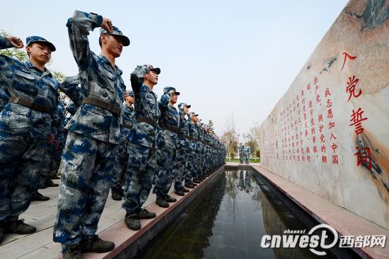 空军工程大学学员重温入党誓词 沈玲