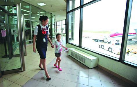 航空公司的工作人员全程协助陪伴儿童乘坐飞机