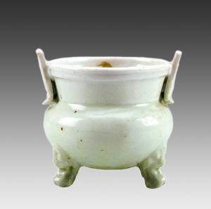 1952年青浦区重固镇高家台任仁发家族墓地出土元代景德镇窑卵白釉三足炉。