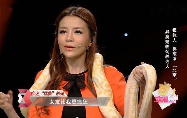 """据凤凰娱乐报道,昨晚,央视《幸福账单》节目播出,朱迅被两米巨蟒""""图片"""