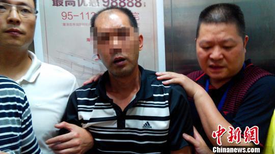 嫌疑人吳某被抓獲思超攝