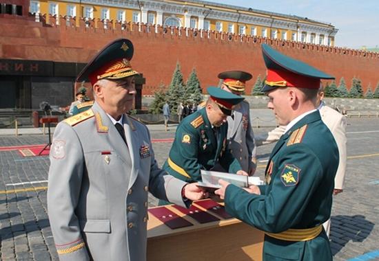 颁授毕业证书仪式在莫斯科红场举行。