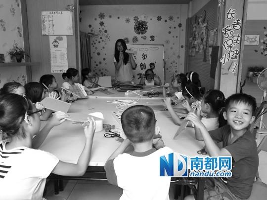 """纸皮做的小动物从孩子们手中活灵活现地""""蹦""""出来.南都记者 李瑾 摄"""