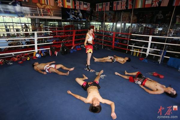 美女:郑州90后高清美女夏季穿拳击手以一敌四男v美女抹油图片