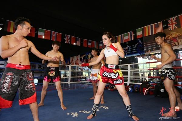 美女:郑州90后高清性感美女舞拳击手以一敌四男v美女抹油图片