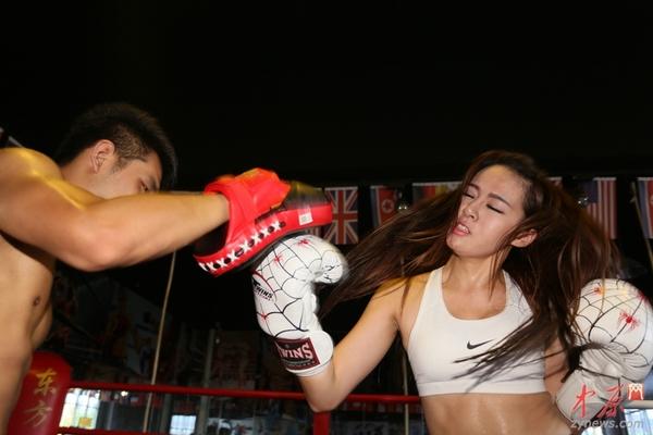 美女:郑州90后高清美女图片.私房拳击手以一敌四男v美女抹油图片