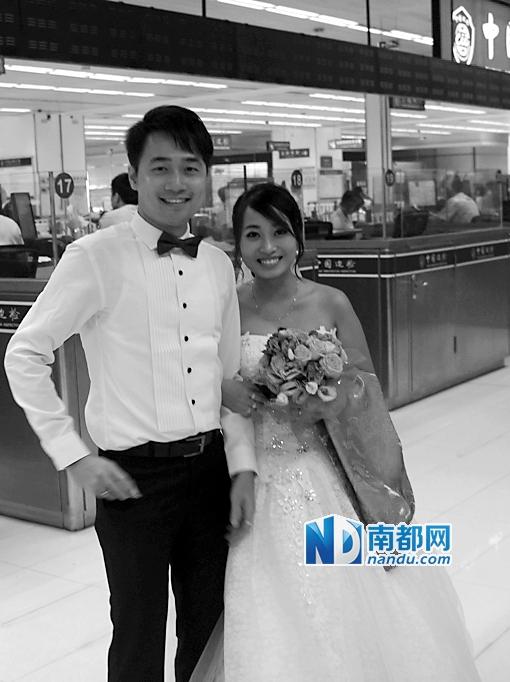新郎新娘穿着婚纱瞬间_...性人高调完婚 新郎新娘同穿婚纱