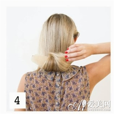 把后面的头发全部围绕着长条海绵向上环绕翻转