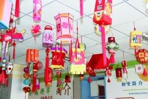 无论是小学生还是中学生都对灯笼的制作产生了浓厚的兴趣.图片