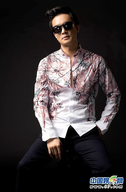 搜李泉李泉《搜土豪金土豪金》 当然娱乐旗下音乐人搜李泉李泉,在前不久发布了自己2014的最新专辑《再见忧伤》,以及专辑中的《再见忧伤》、《我站在幸福旁边》、《一起》、《拥有》等多首主打歌曲;同时,6月26日搜李泉李泉也在北京顺利举办了《再见忧伤》专辑首唱会。搜李泉李泉专辑中另一种风格的歌曲《搜土豪金土豪金》,自专辑上线后,即受到了众多粉丝及网友的推崇,今日歌曲《搜土豪金土豪金》也在音乐网站上被强烈推荐。