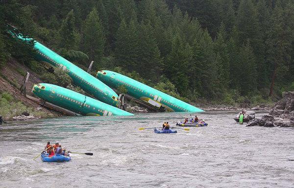 美列车脱轨导致所载3节波音737机身翻入河中,场景如好莱坞灾难片一般。(网页截图)