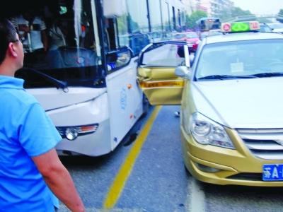 出租车车门与公交车相撞.