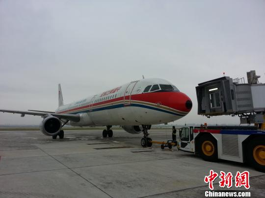 图为南京禄口机场T2航站楼出港的首架航班 田雯 摄