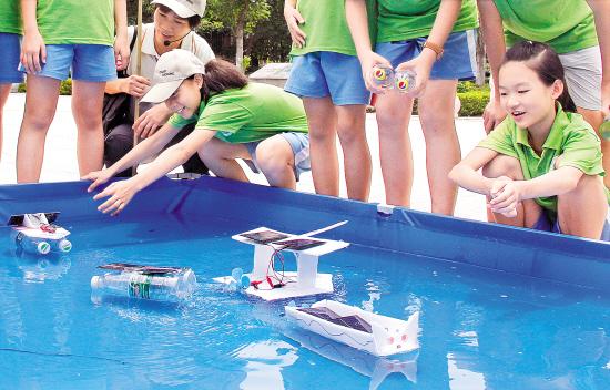 在太阳能环保船现场,每位学生设计的小船都不一样:有的是矿泉水瓶当船图片
