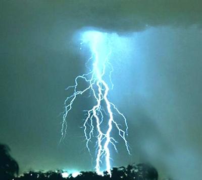 闪电降价只凤凰资讯_戴耳机骑摩托男子被闪电击中 雷雨 避雷_凤凰资讯