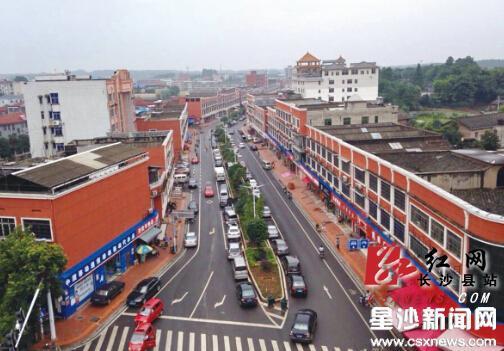 镇中心商业街经城市棚改后,变得干净整洁、井然有序.章帝 摄-长图片