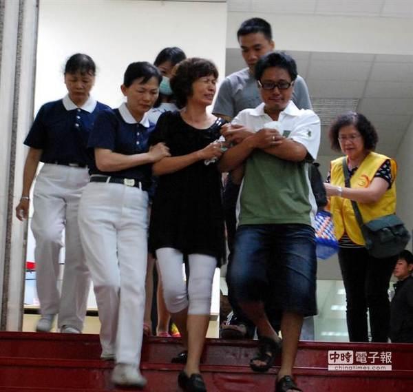 家属从休息室前往登机,眼睛都哭肿睁不开,后头还有护士陪同。图片来源:台湾《中时电子报》