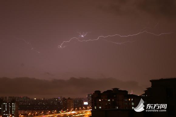 电闪雷鸣 风雨交加 上海连发三大天气预警