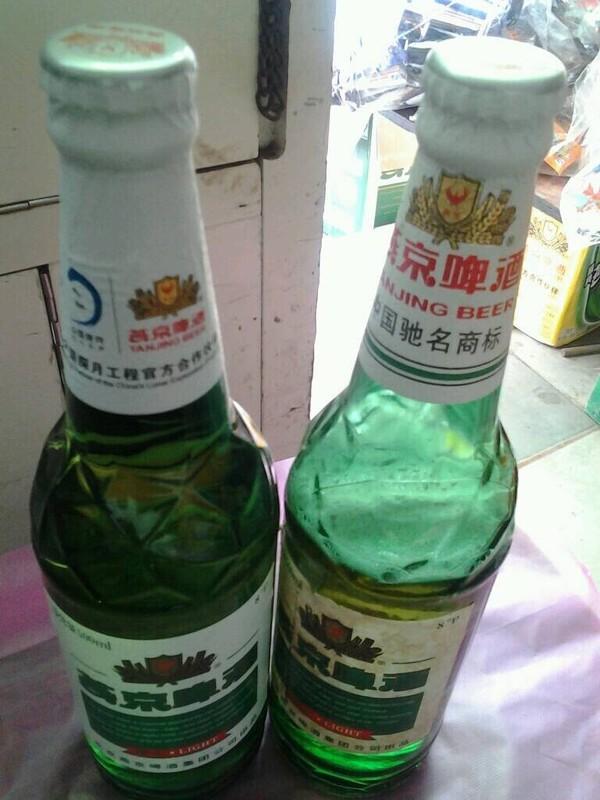 未开封的燕京啤酒少了1/3(曹先生微博图片)