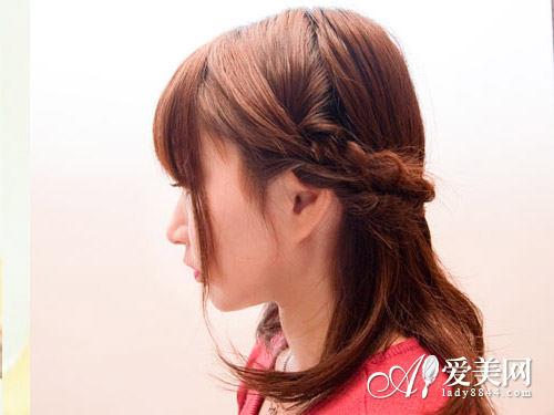 韩式编发教程图解一: 从左边拿起一撮头发.