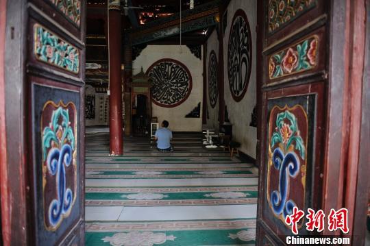 附近村民陆续前来拖姑清真寺做礼拜刘冉阳摄