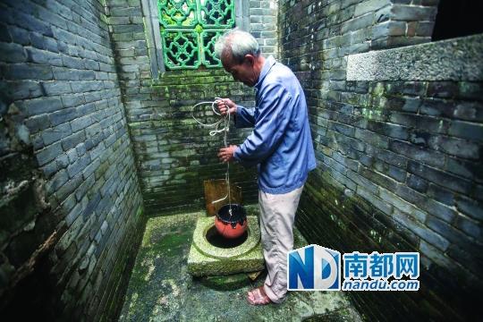 """族人黎君羊用自制的水桶从杏坛昌教""""大宅门""""的水井打"""