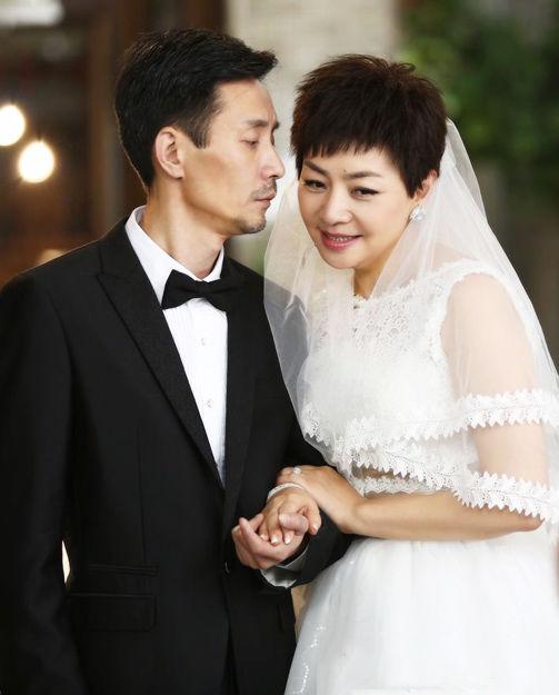 宋丹丹与剧中的丈夫一同拍婚纱照。(图片来自《幸福请你等等我》剧照)