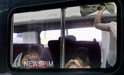 韩国 中秋/中秋前夕,韩国人们忙着赶乘火车返乡与家人团聚。(图片来源:...