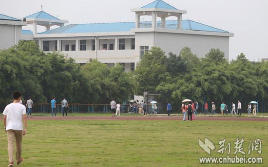下午14:20,孝感高中学生陆陆续续赶往教室上课,与往常无异
