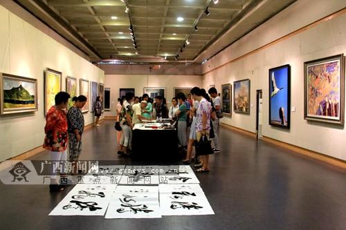 中国与东盟的青年艺术家和青年代表参观作品展。广西新闻网记者 宋瑶 摄