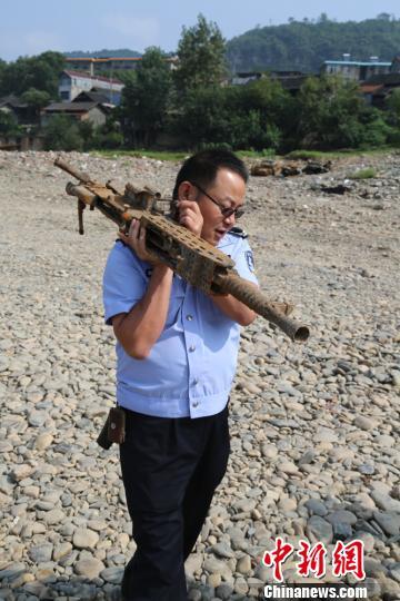 被渔网捞上来的日制重机枪。 米承实摄
