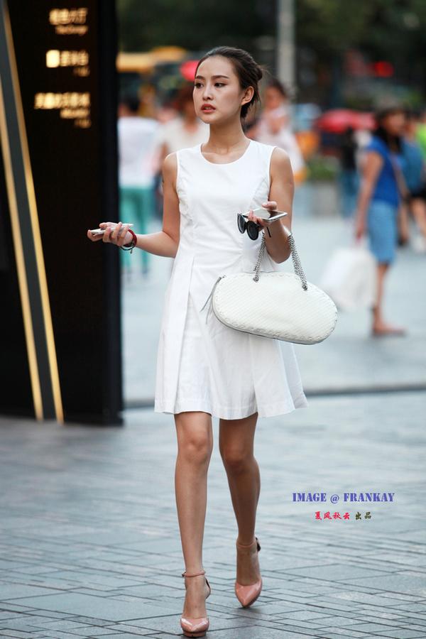 夏风秋云原创街拍作品,禁止转载.-北京三里屯时尚街拍 白色丽人图片