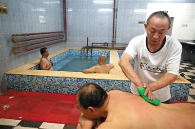 客人在搓澡。近日,百年历史的鑫园浴池宣布将关张。新京报记者 侯少卿 摄