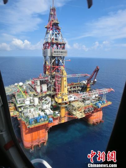 """透过直升机玻璃的""""海洋石油981""""深水钻井平台全貌。 刘辰瑶摄"""