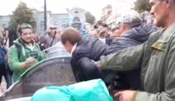 乌克兰议员被民众扔进垃圾桶游街(组图)
