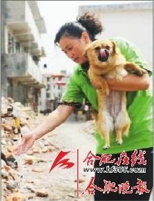 ○老基地即將拆遷的房子已無供水,李長雲需要抬水給狗狗。