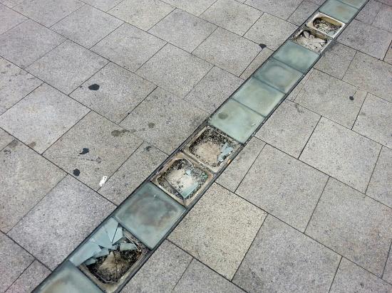 团一大广场地面有装饰灯玻璃碎裂