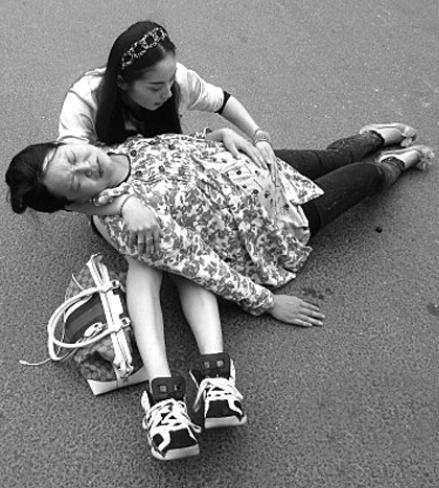 给摔倒孕妇当靠背 美女真美!图