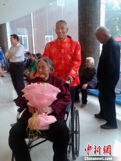 图为67岁的新郎沈连清和94岁的新娘李秀荣。 董建华摄