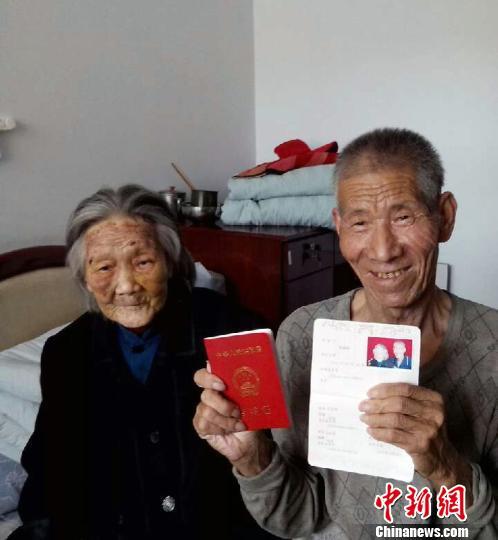 图为老人展示刚刚领到手中的结婚证。 董建华摄