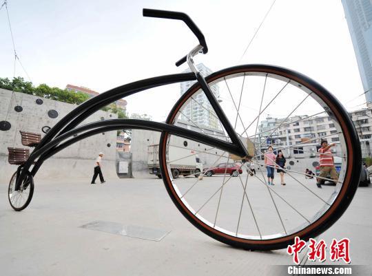 9月30日,一辆高约2.5,长约3米的巨型自行车雕塑亮相