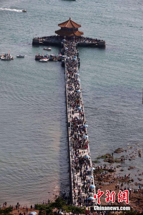十一长期的第三天,青岛旅游进入高峰期,前海一线,人流如织,栈桥变成人