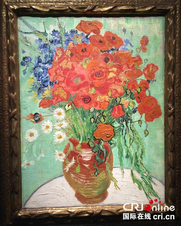 荷兰印象派艺术大师梵高于1890年绘画的重要静物作品《雏菊与罂粟花》图片