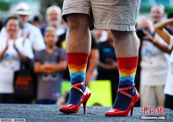 让男人体会一把做女人脚踩高跟走路的艰辛