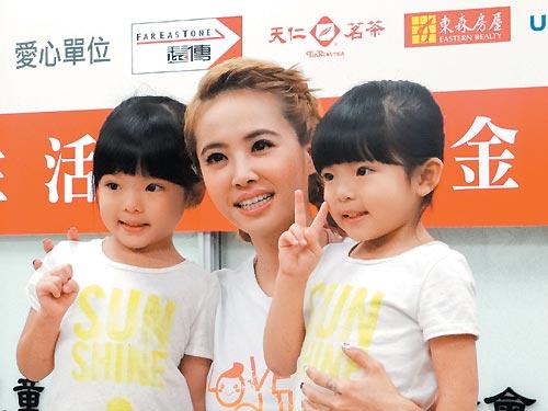 蔡依林(中)为儿盟代言,希望各界捐款帮忙可爱的出养儿童。图片来源:台湾《联合报》 记者董俞佳/摄影